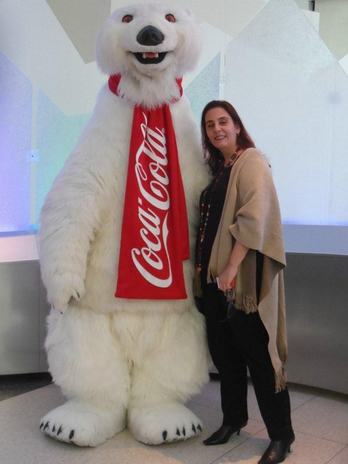 Denise e o Urso da Coca-Cola