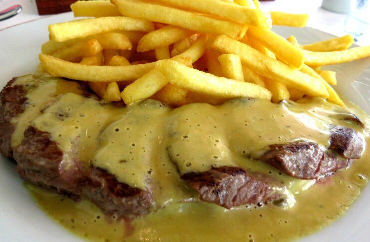 Restaurante L' Entrecôte de Paris prato único e molho secreto