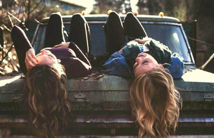 Como fazer amigos viajando sozinha