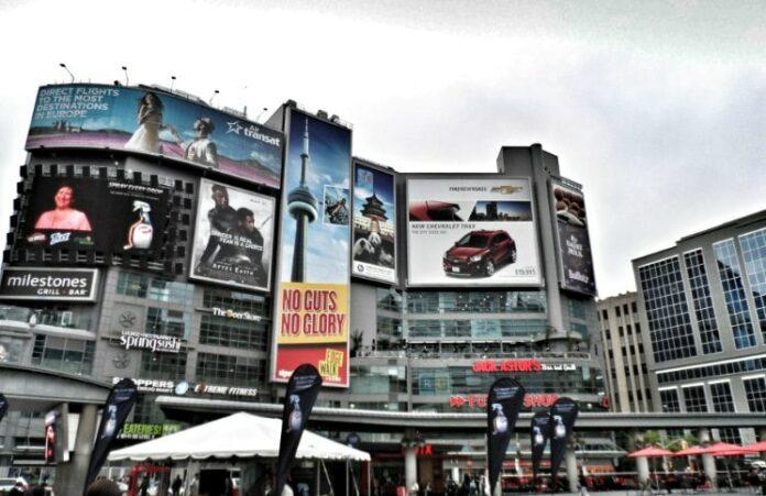 O que fazer em Toronto Dundas Square | Viajante Solo