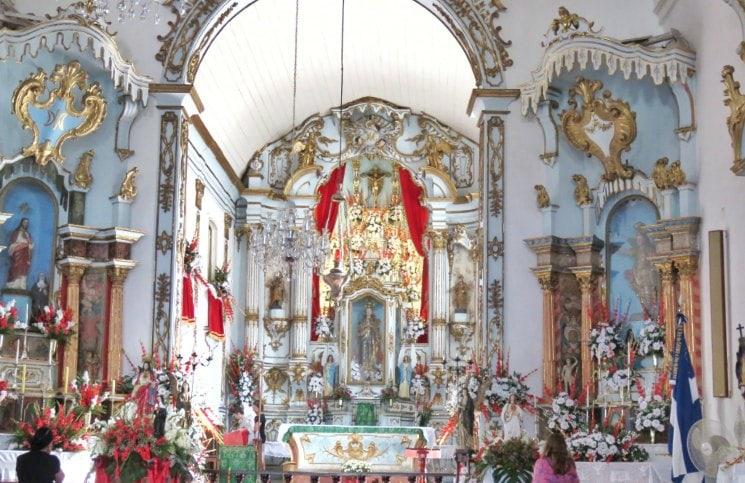 Passeio no centro histórico de Angra Igreja Matriz Altar | Viajante Solo