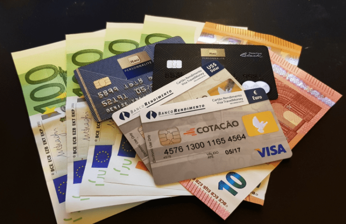 Como levar dinheiro nas viagens internacionais viajando sozinha