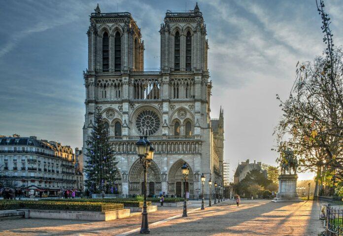 Passeios Gratuitos em Paris para curtir sozinha: Visitar a igreja Notre Dame e seus jardins
