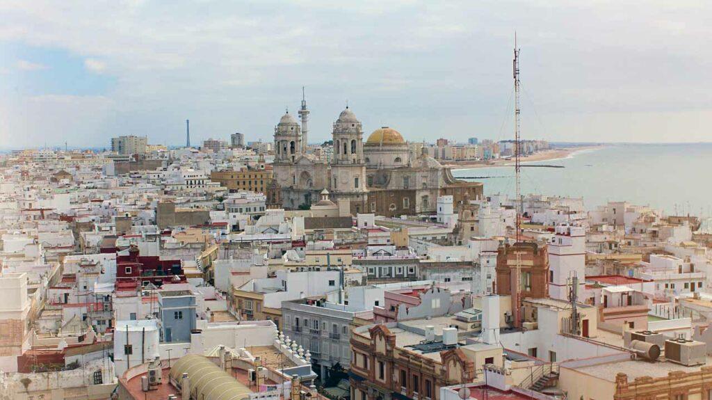 Viajar Sozinha para Sevilha ></noscript>> Bate e Volta para Cádiz&#8221; class=&#8221;wp-image-25006&#8243;/><figcaption><em>Cádiz &#8211; Imagem Pixabay</em></figcaption></figure>    <p>Espero que você tenha gostado das dicas para viajar sozinha para Sevilha. Se tiver alguma dúvida, deixe nos comentários que terei prazer em responder.</p>    <p></p>    <figure class=