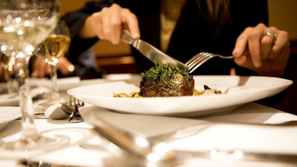 Mesa Pra um: o desafio da refeição viajando sozinha