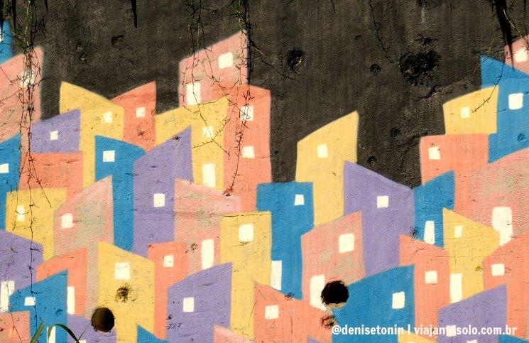 Parede da UPP cravejada de balas Favela Santa Marta | Viajante Solo